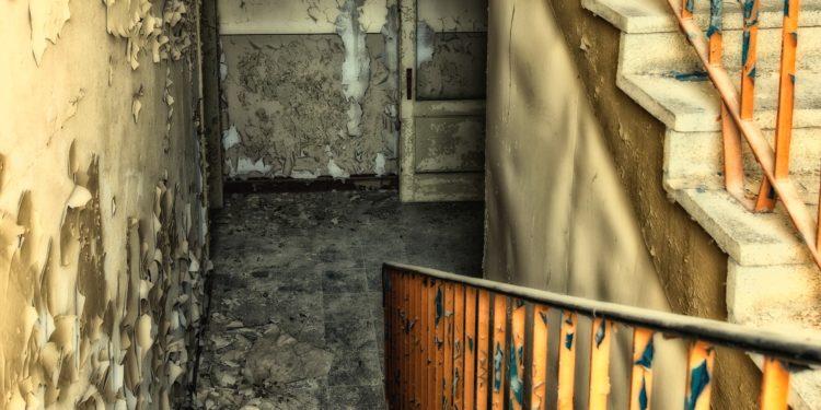 Ein Keller nach der Entrümpelung, aber in sehr schlechtem Zustand.